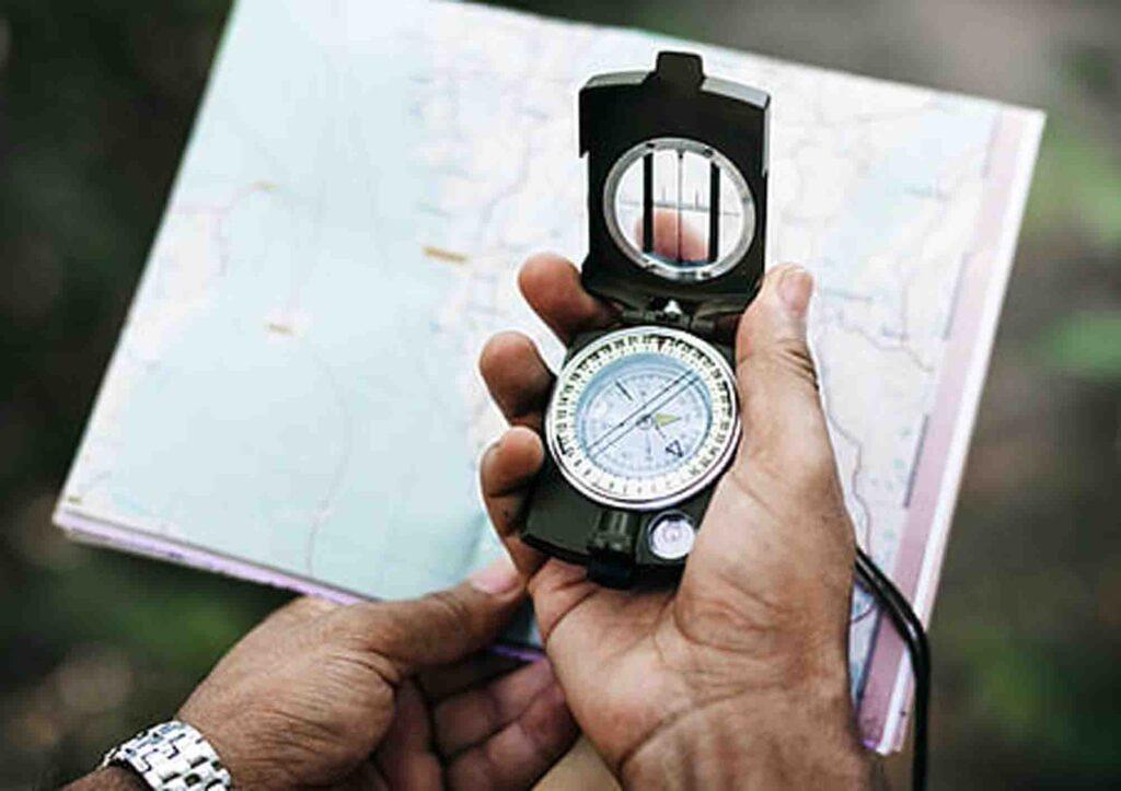 kompas navigasi sebagai peralatan trekking yang wajib kalian bawa
