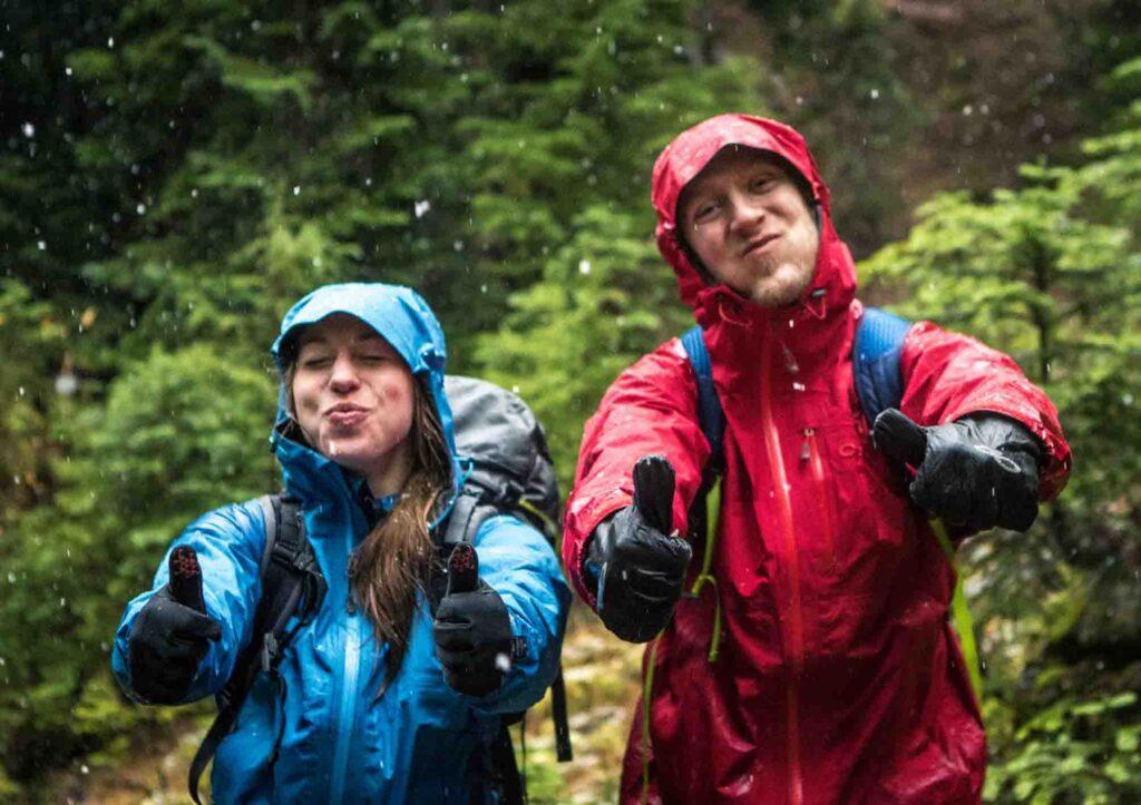 mantel jas hujan adalah perlengkapan trekking yang wajib kalian bawa