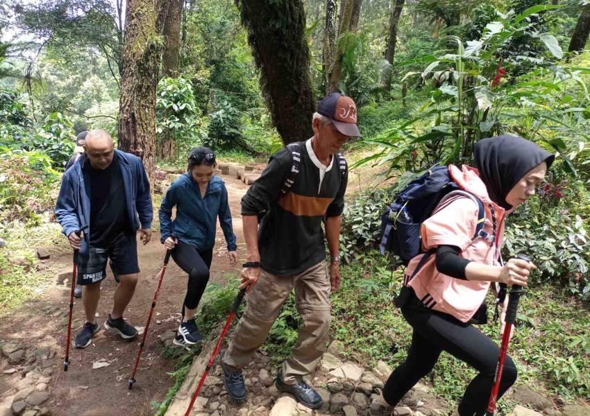 family trekking puncak